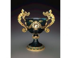 """La """"Coppa"""" in Bloodstone (Jasper e oro, decorata con preziosi rubini,smeraldi e zaffiri."""